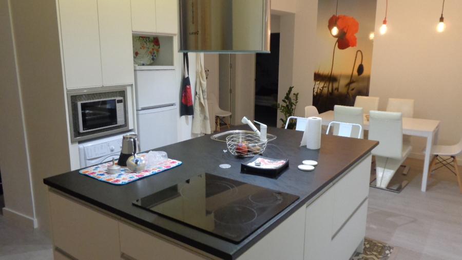 Foto cocina mesa comedor de scala 1 12 1446416 habitissimo for Mesa cocina sevilla
