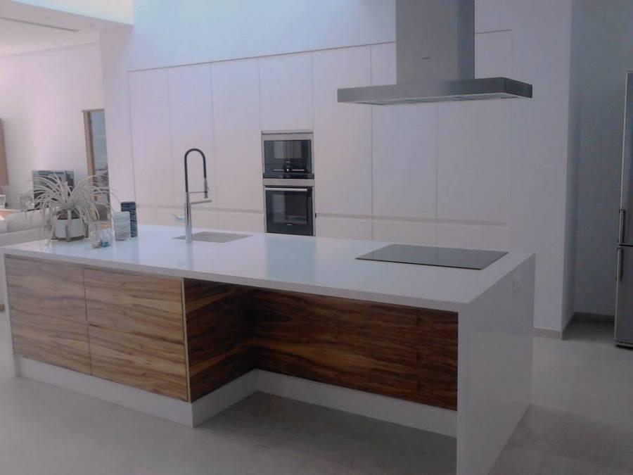 Cocina Mod Quart lacado blanco mate combinada con madera