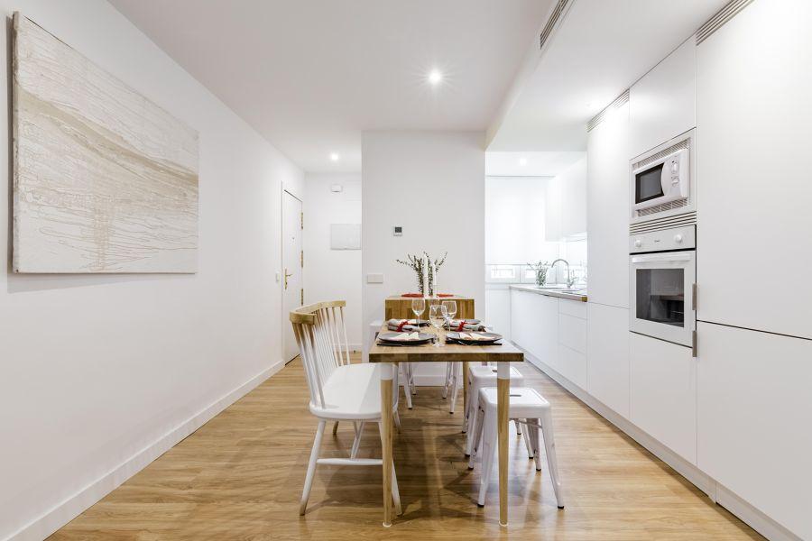 Cocina moderna abierta al pasillo
