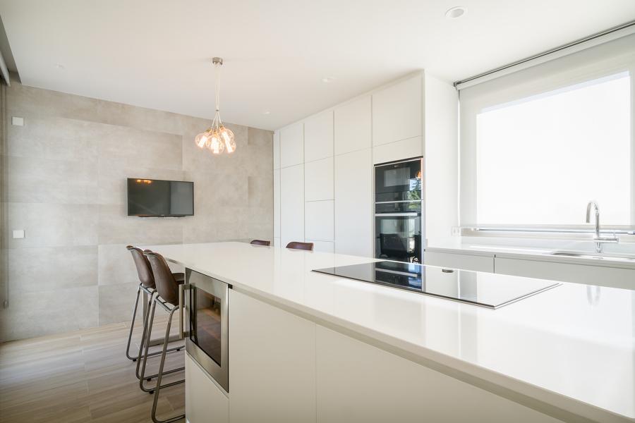 Foto cocina moderna blanca de miriam mart 1713905 for Losetas para cocina modernas