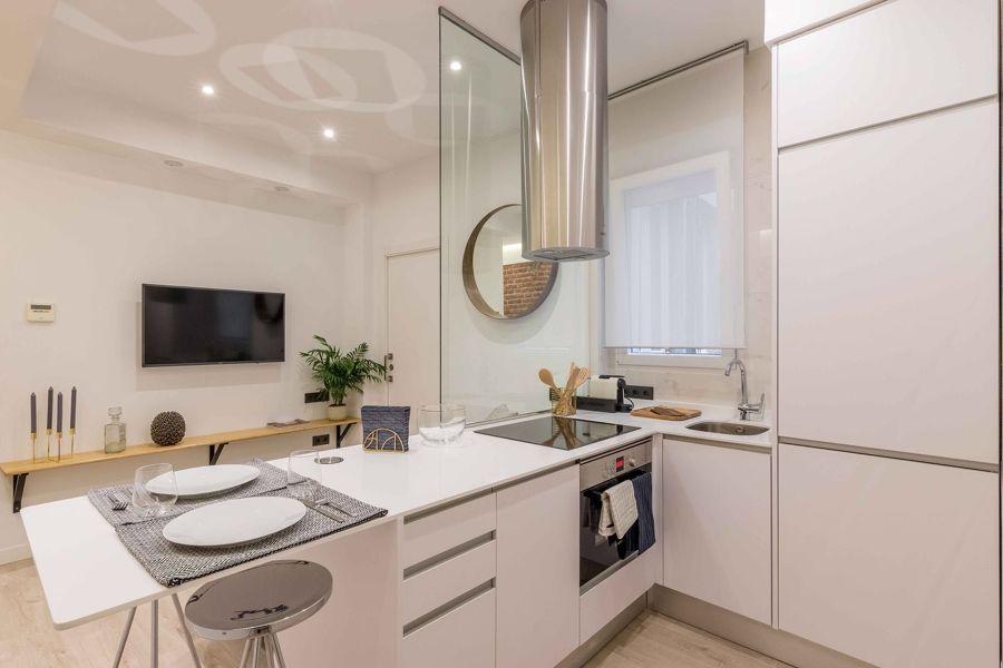cocina moderna blanca abierta al salón