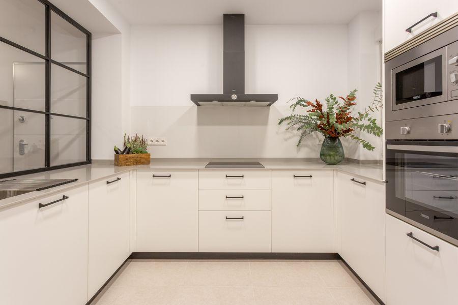 Cocina moderna blanca con ventana fija de cristal
