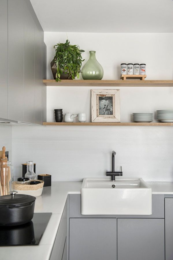 Cocina moderna con almacenamiento en baldas