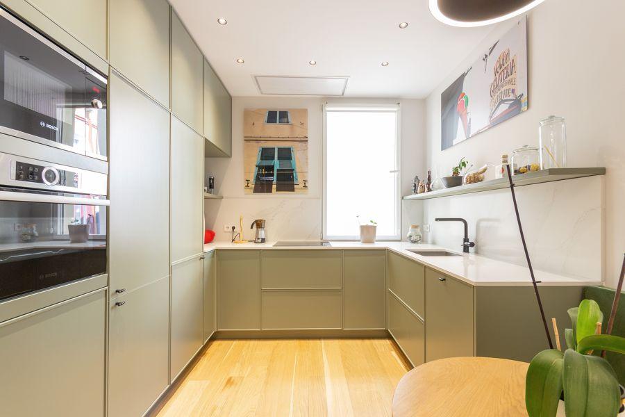 Cocina moderna con muebles verdes