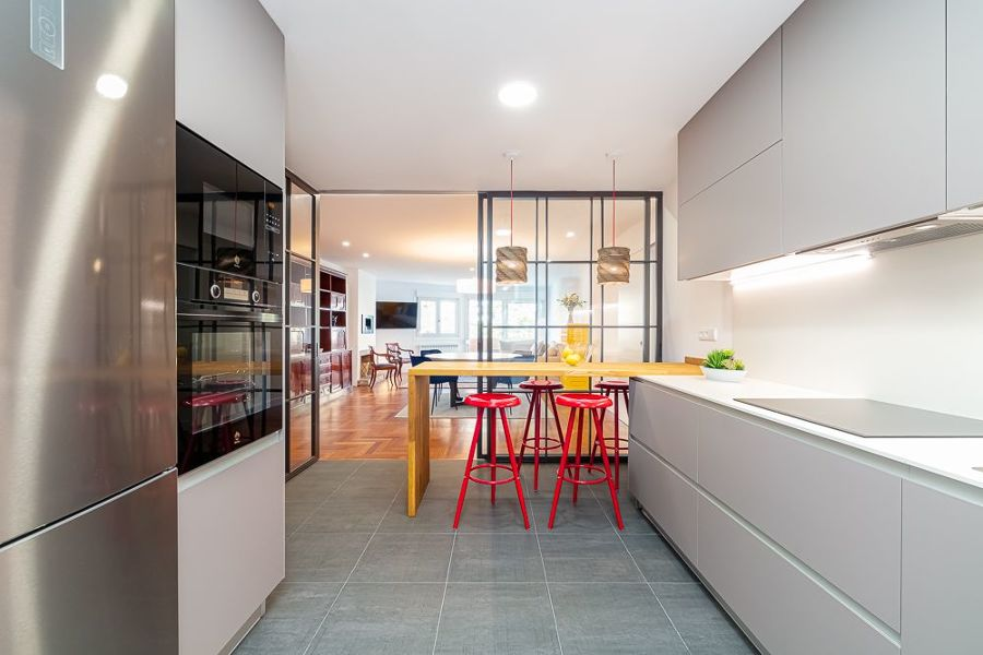 Cocina moderna con panel de vidrio