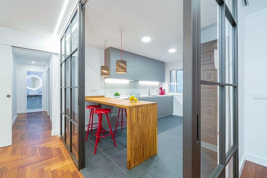 Cocina moderna con puerta cristal