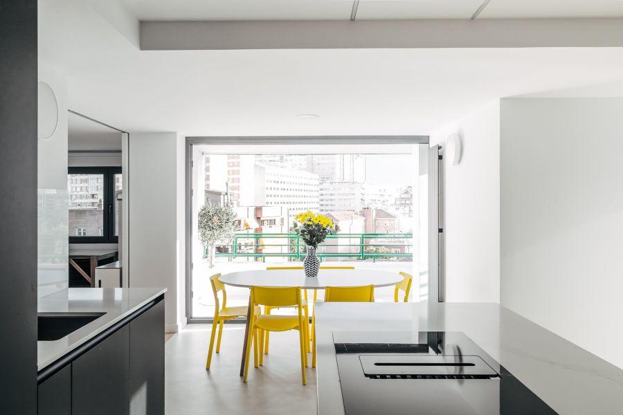 Cocina moderna con sillas amarillas