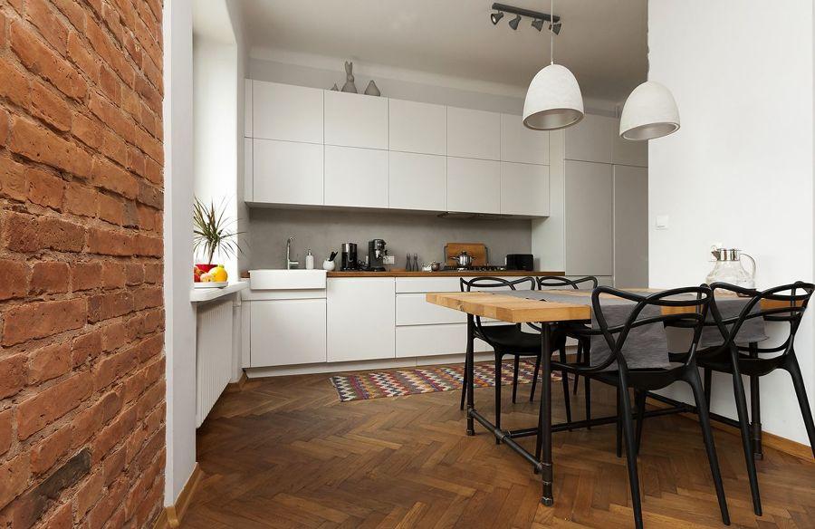 Cocina moderna con suelo de parquet oscuro