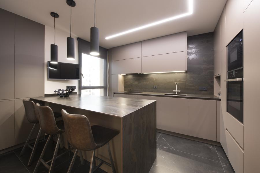 Cocina moderna con tonalidades oscuras