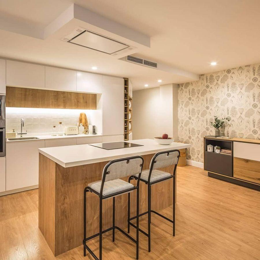 cocina moderna en blanco y madera