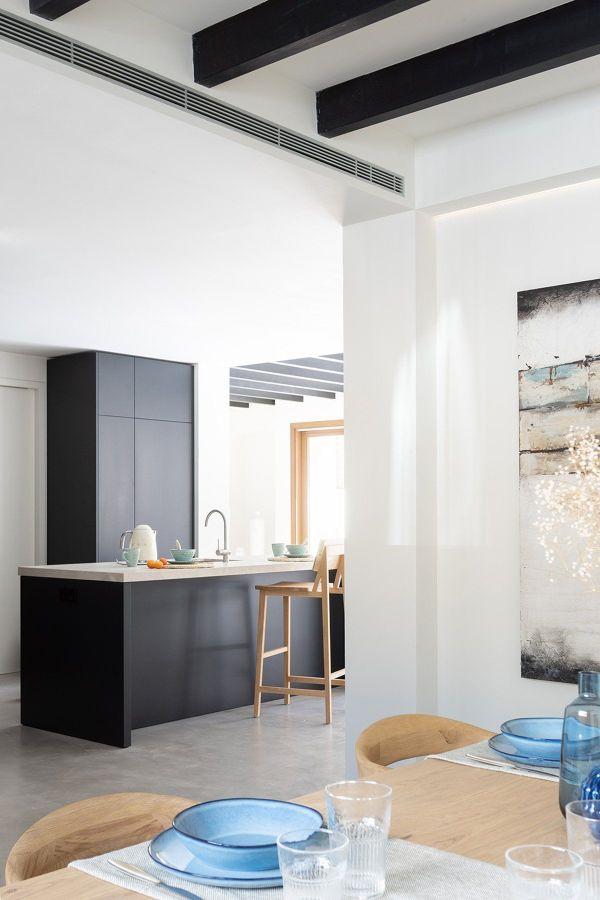 Cocina moderna en negro y blanco con techos algos