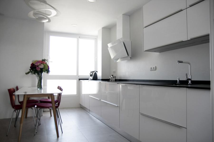Una vivienda minimalista en tonos blancos ideas for Muebles bajos para cocina