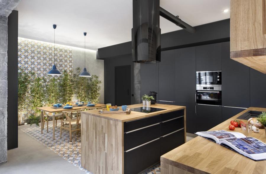 Cocina negra con electrodomésticos ocultos