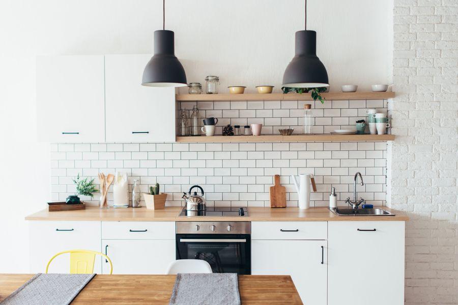 Cocina nórdica con baldas de madera