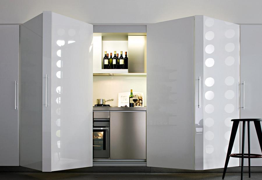 Cocina oculta con armarios en acero