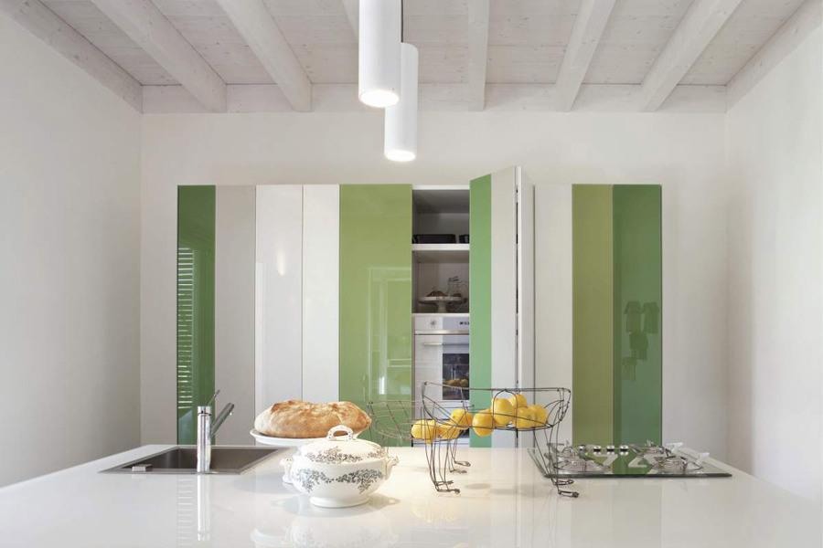 Cocina oculta con puertas en blanco y verde