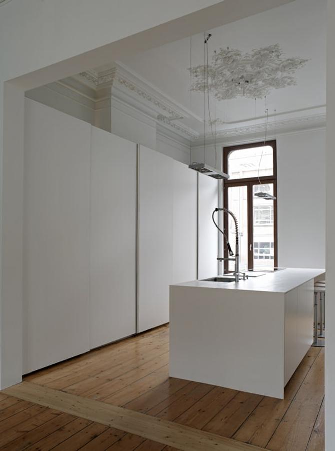 Cocina oculta con puertas grandes