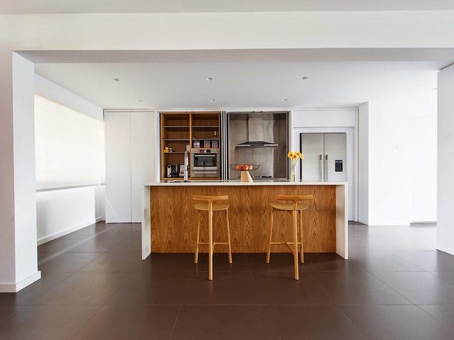 Cocina oculta en blanco y madera