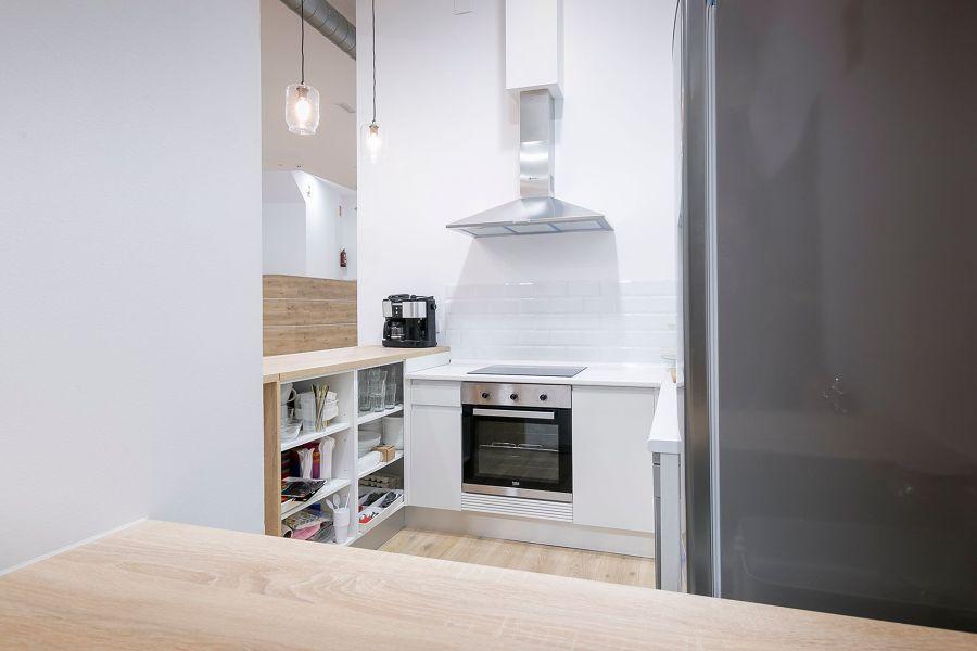 Cocina pequeña comunicada con el pasillo