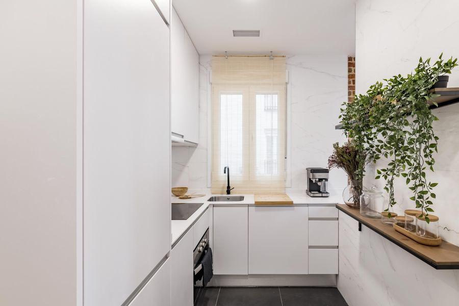 Cocina pequeña con mobiliario en blanco