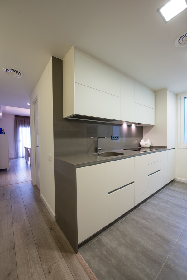 Un piso de 80 m que gan amplitud ideas reformas viviendas for Cocinas de 3 metros de largo