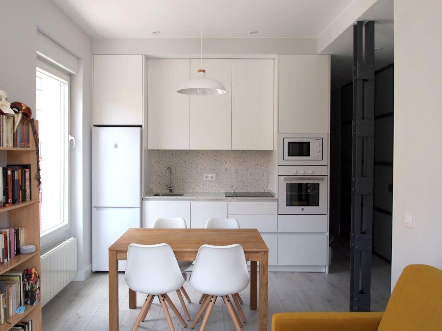 Cocina reformada de apartamento pequeño