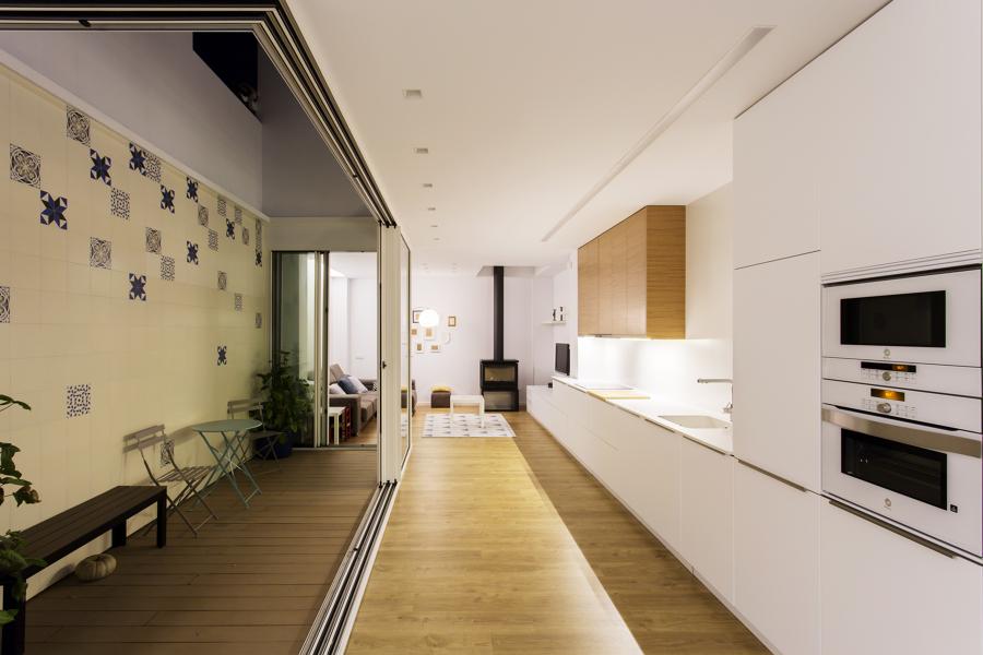 Reforma de una vivienda de solo 4 8 metros de ancho for Cocina y salon abierto