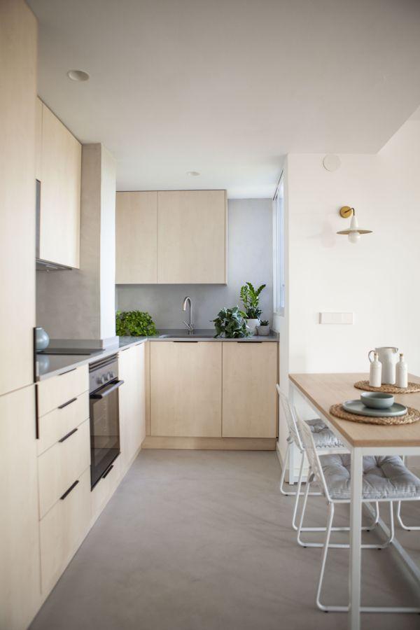 Cocina sencilla con muebles de madera