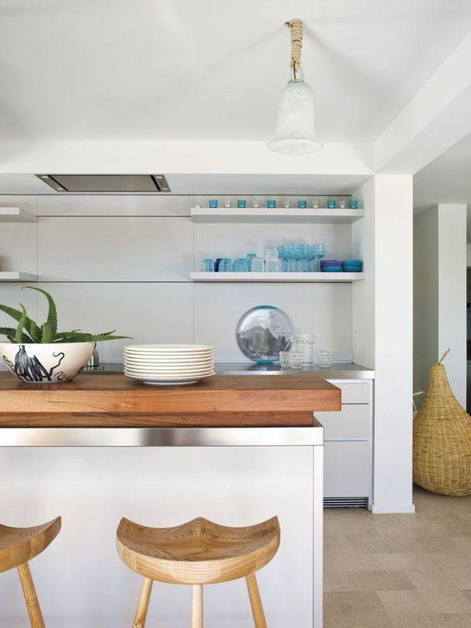 Cocina veraniega con vajilla en color azul