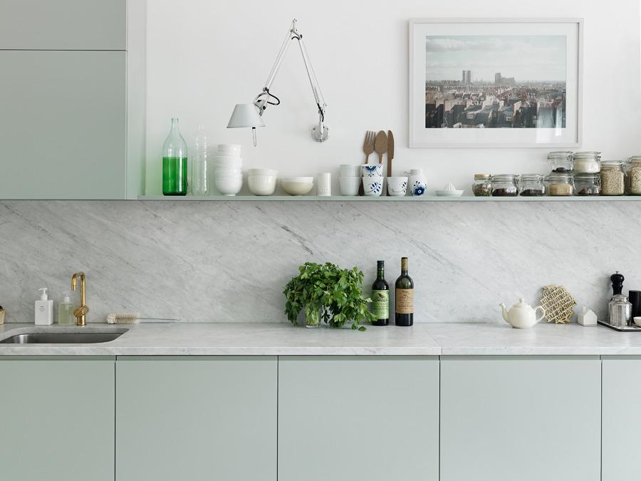 cocina verde con marmol