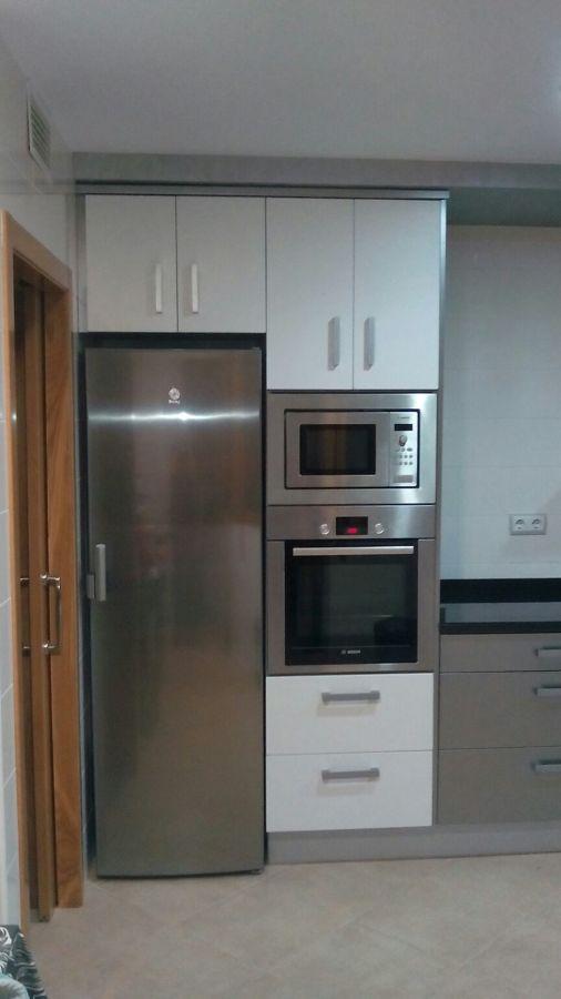 Cocina zona electrodomésticos y armarios altos