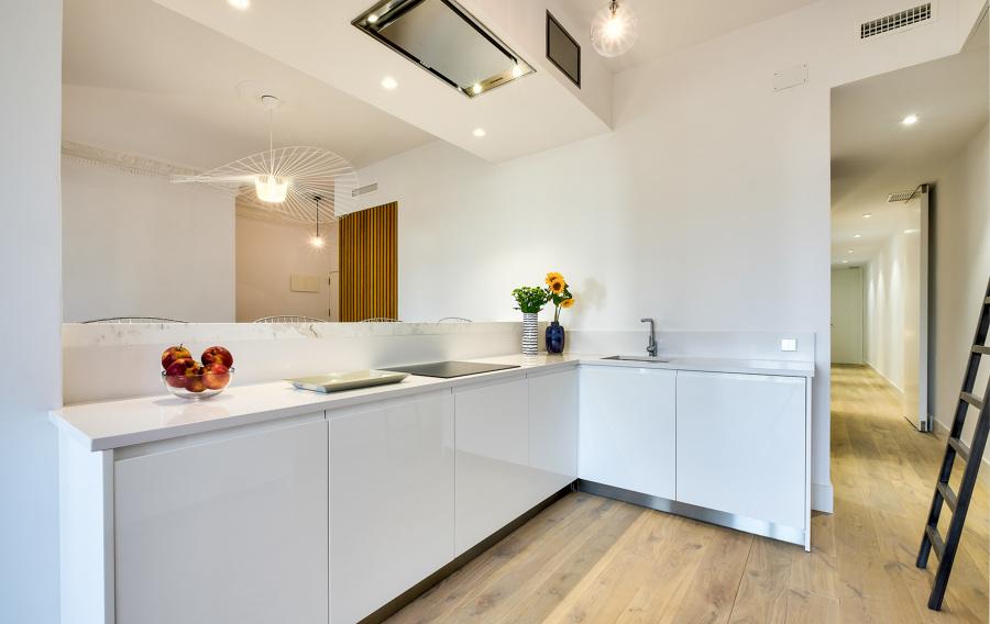 El radical antes y despu s de una vivienda abierta y - Cocinas en color blanco ...