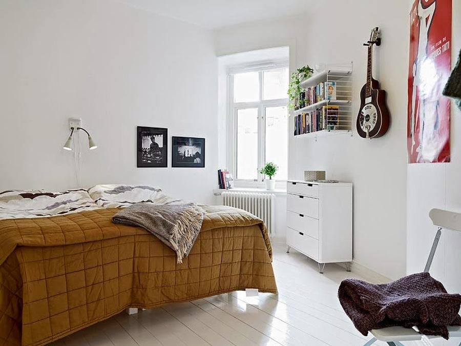 guitarra expuesta en un dormitorio