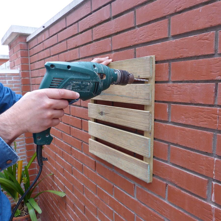 Colgar los paneles de madera