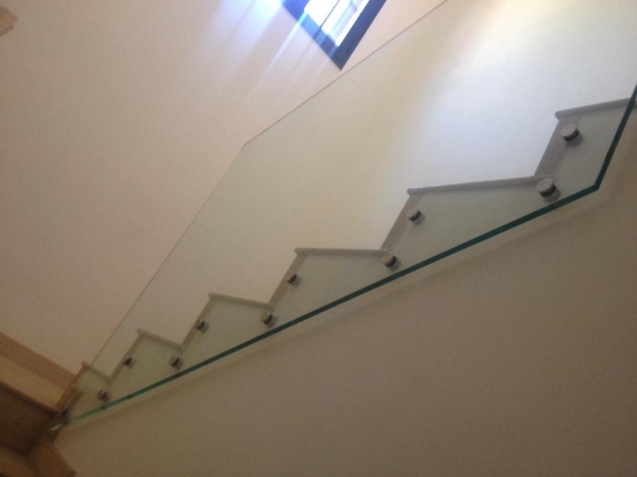 Colocación de barandilla de vidrio templado