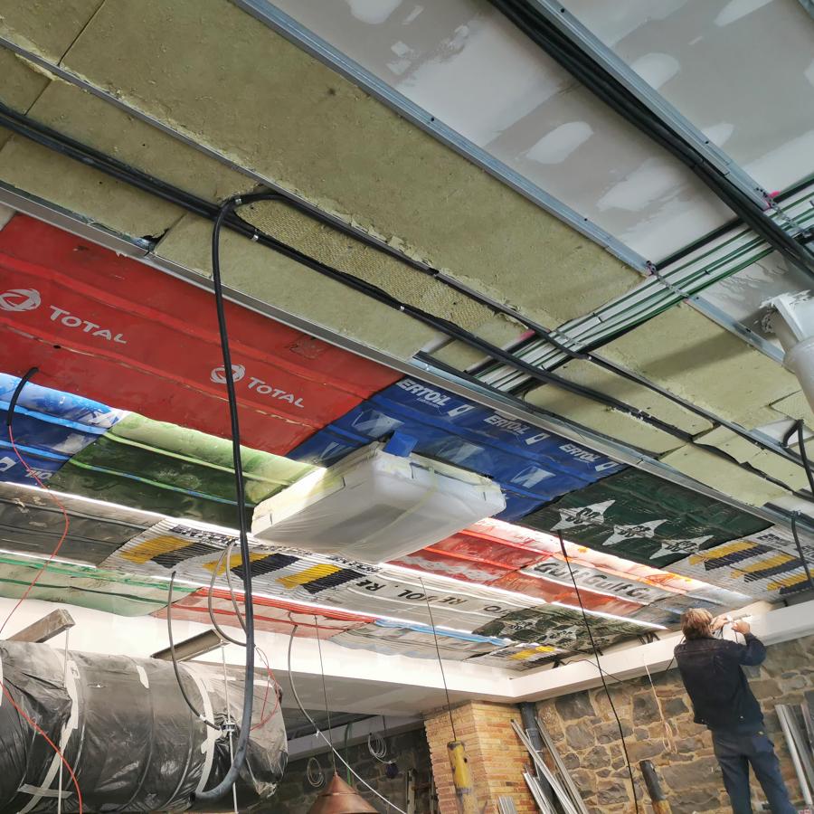 Colocación de bidones de combustibles seccionados sobre techo acústico