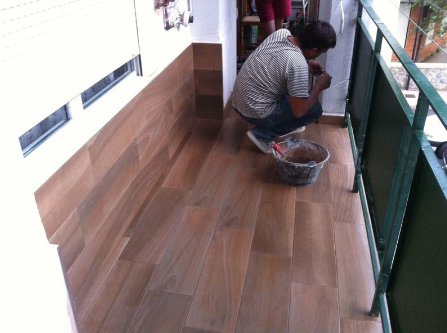colocacion de ceramica imitacion madera en balcon ese soy yo rematando el zocalo - Ceramica Imitacion Madera