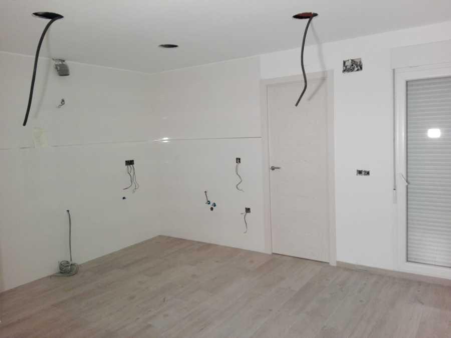 Colocación de electricidad, baldosas y fontaneria