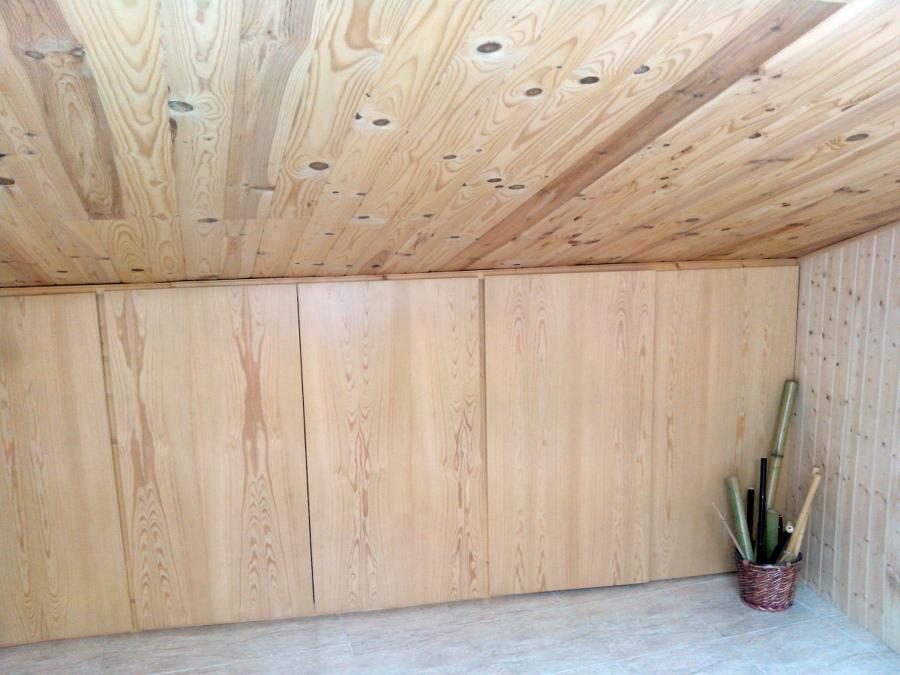 Colocación de muebles a medida y techo madera