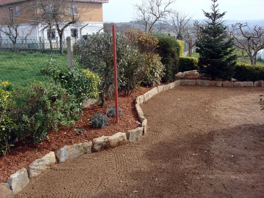 Foto colocacion de piedras y corteza de pino de nortrep for Bordillos jardin