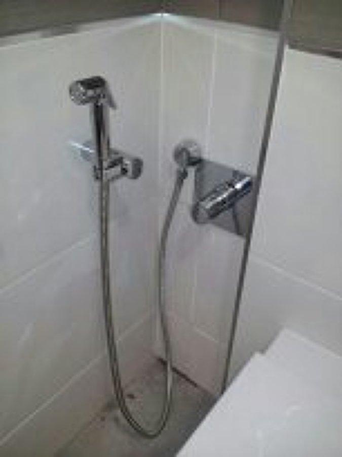 Foto colocaci n de sistema de ducha para evitar la for Como conectar una ducha electrica