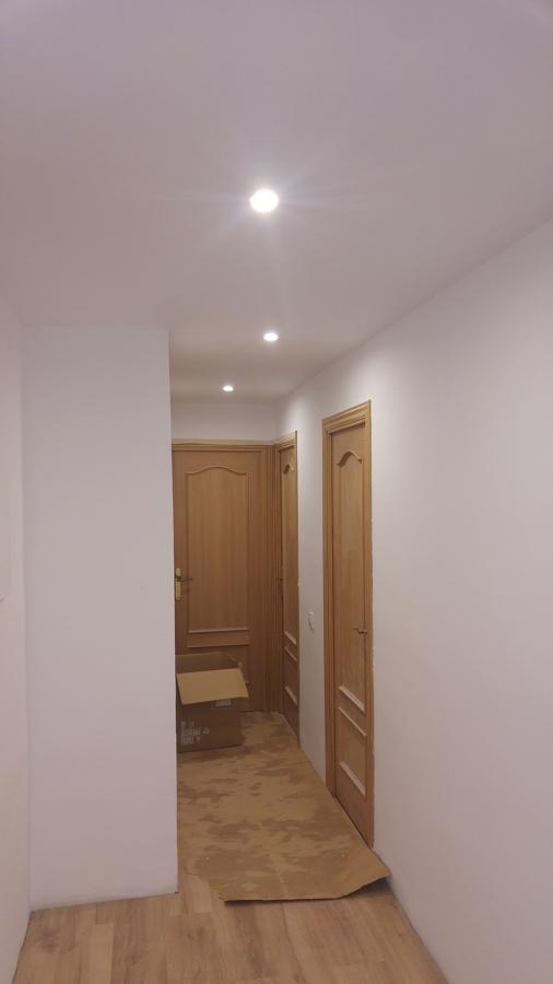 colocacion de techo falso e iluminacion en pasillo