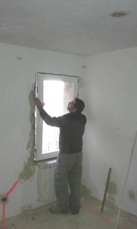 Colocación de ventanas de aluminio en vivienda.