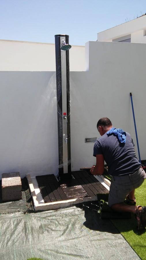 Colocación del suelo de ducha fotovoltaica