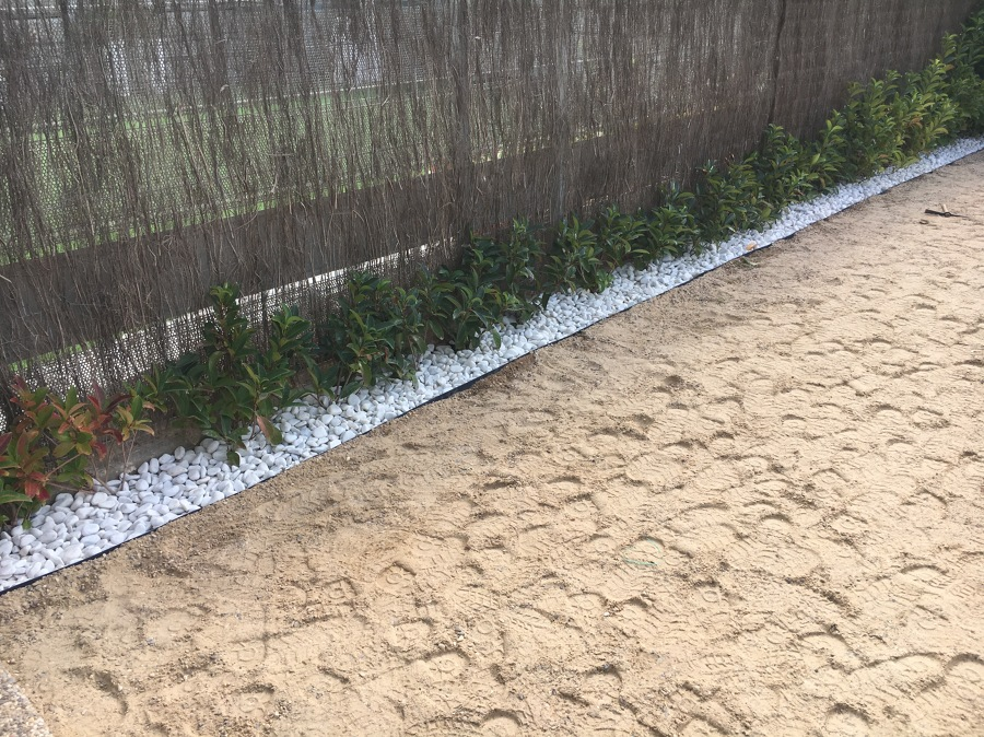 Colocación piedra decorativa.