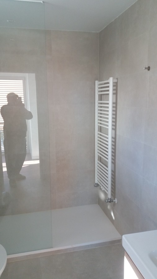 colocacion toallero y plato de ducha carga mineral en blanco
