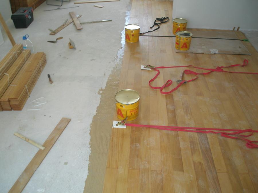 colocando tablas de madera natural pegado al suelo completamente