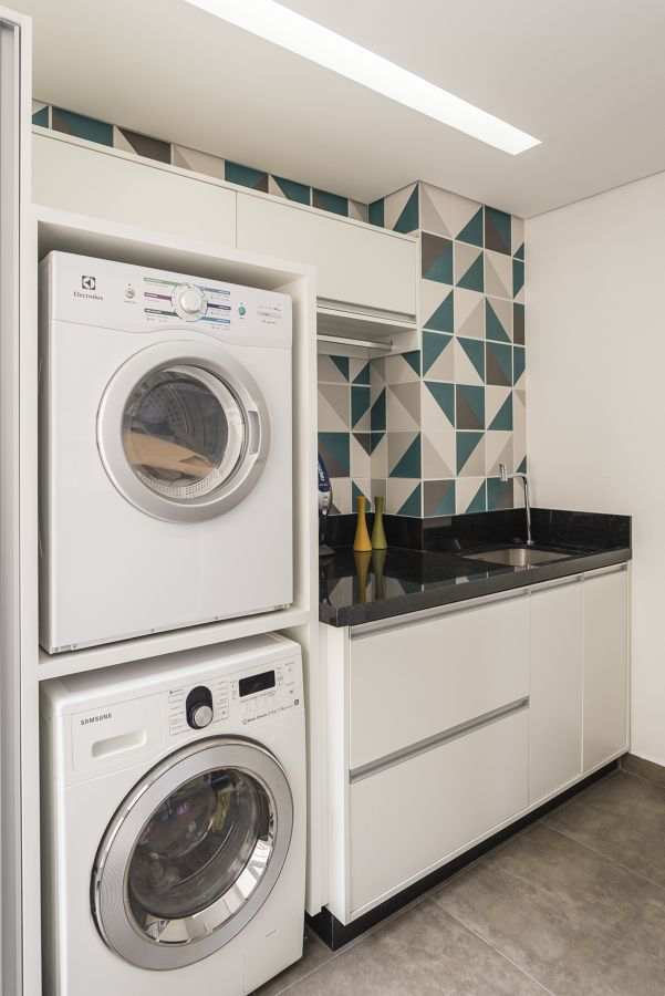 Columna con lavadora y secadora dentro de la cocina