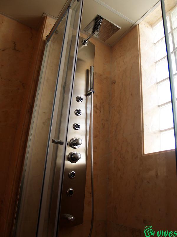 Columna de hidromasaje en baños de la promoción