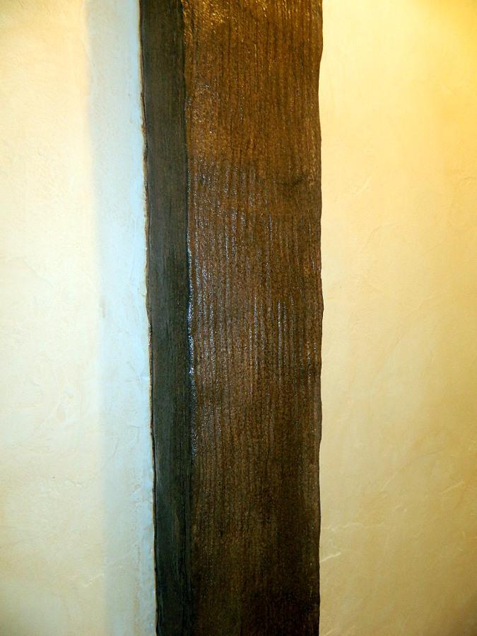 columna imitada a madera nogal igua que las puertas